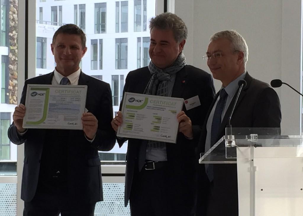 Patrick NOSSENT (Président de CERTIVEA) remet à Marc Villand et Bruno Corinti le Certificat HQE NF-Bâtiment Tertiaires niveau EXCEPTIONNEL