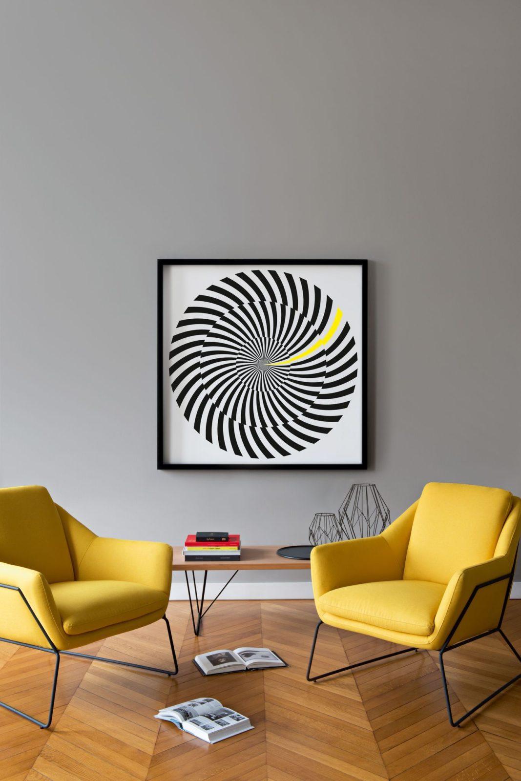 salon mur gris fauteuils jaunes