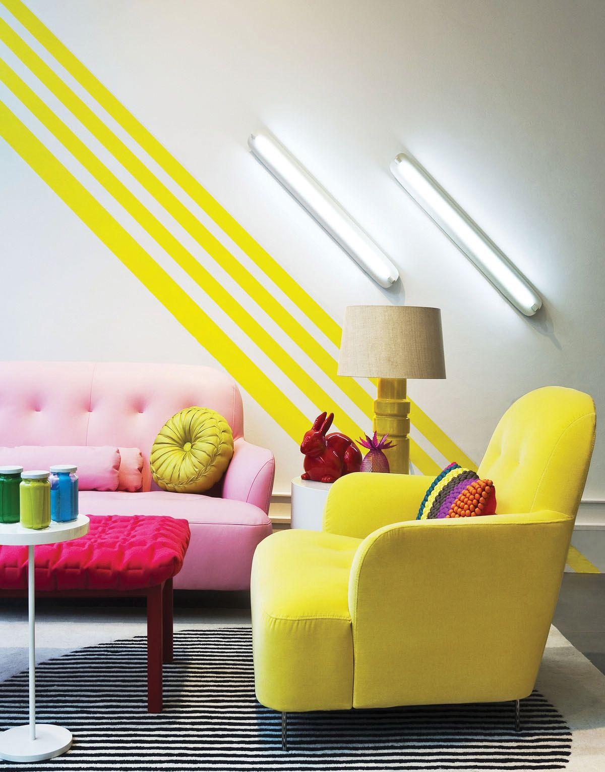 Salon avec teinte ensoleillee fauteuil jaune